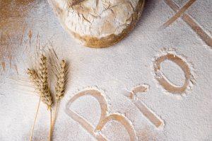 Ein Tisch auf dem Brot und Mehl und ein Weizenhalm liegt
